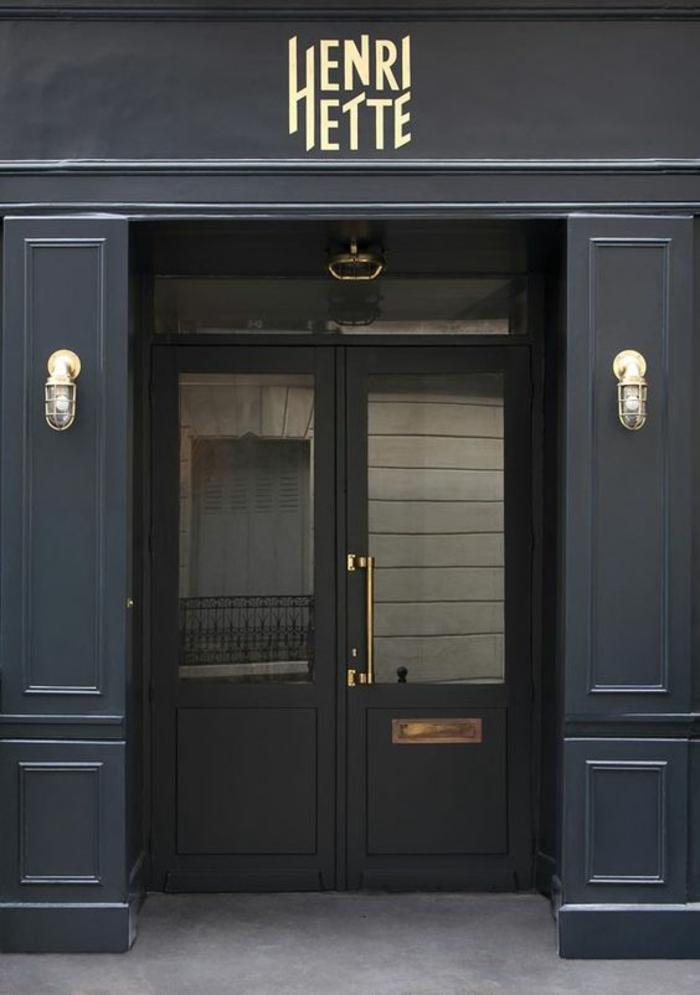 couleur bleu gris sur la façade du hôtel Henri Hette Paris dans le style du vieux Paris