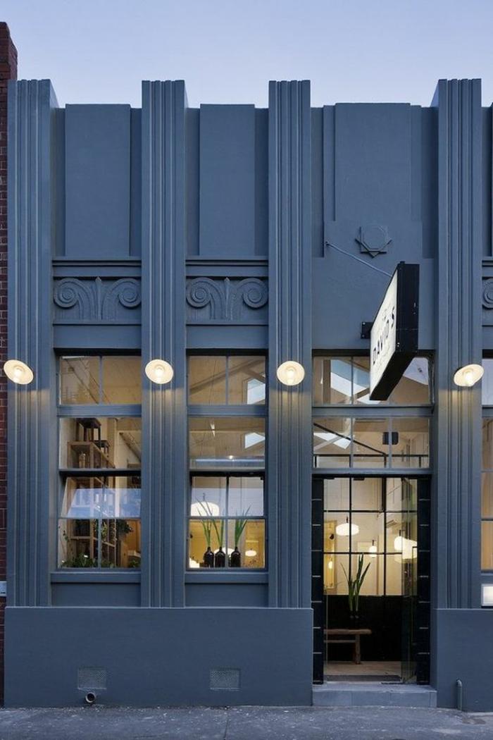 couleur bleu gris immeuble public local restaurant avec façade décorée en style grec couleur impressionnante pour attirer de la clientèle