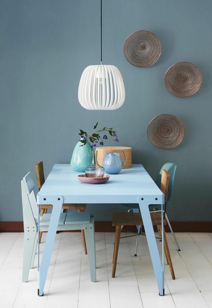 nuance de bleu dans la salle à manger avec table en bleu pastel et luminaire en blanc avec des petites chaises en marron et en bleu pastel