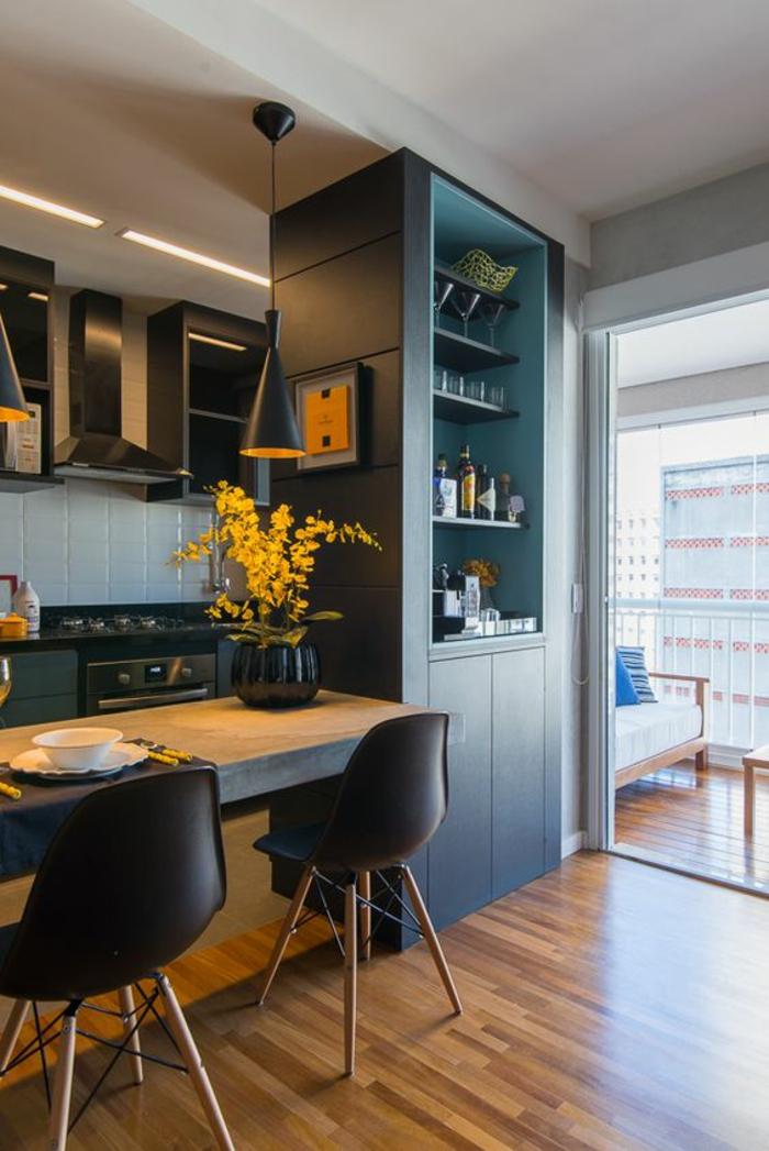 salon bleu petrole azur couleur meuble qui sert comme séparateur d'espace avec luminaire en bleu pétrole