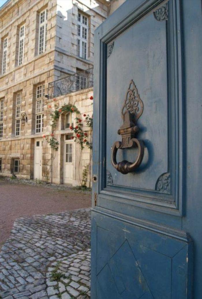 nuance de bleu couleur bleu gris sur une porte dans un établissement de Paris ambiance chic typiquement parisienne