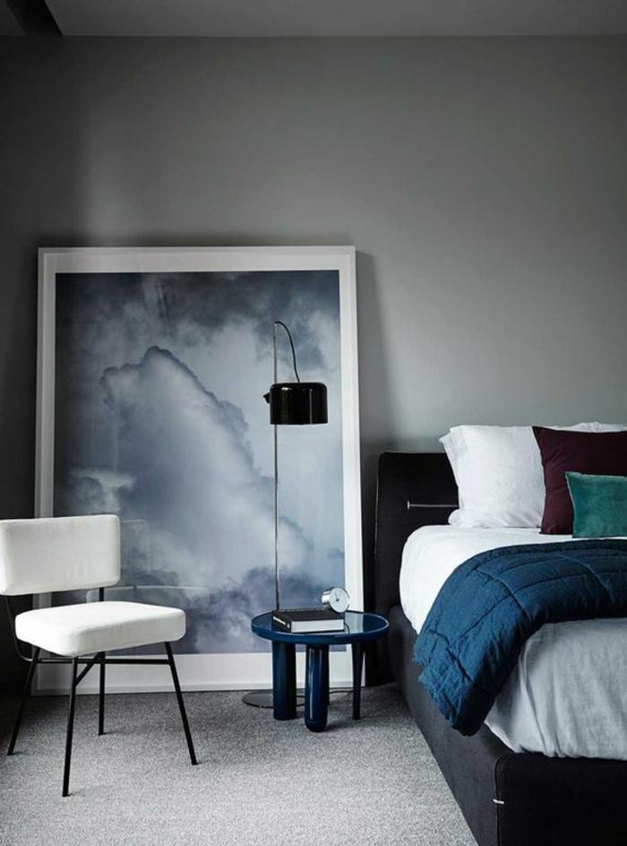 deco chambre adulte bleu avec mur en gris clair et grand tableau avec des nuances grises au cadre en blanc