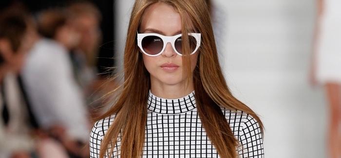chatain clair, coiffure femme aux cheveux longs cuivrés, lunettes de soleil blanche et robe carrée en blanc et noir