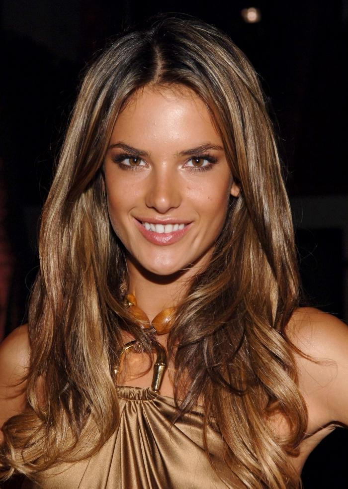 cheveux chatain, coiffure femme aux cheveux longs légèrement bouclés, robe nuance dorée avec col en perles de bois