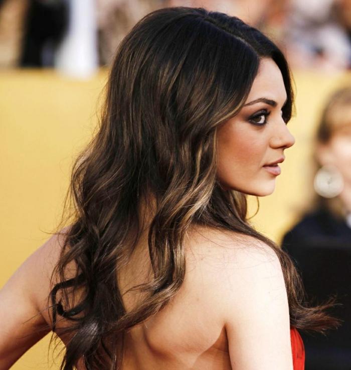 couleur chatain foncé, maquillage de princesse, cheveux bouclés, robe au dos nu