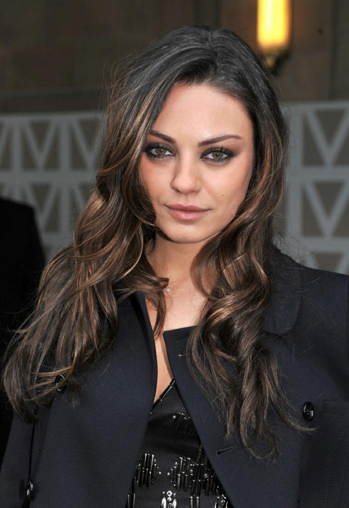 couleur chatain foncé, maquillage smokey eye de Mila Kunis, cheveux légèrelent bouclés