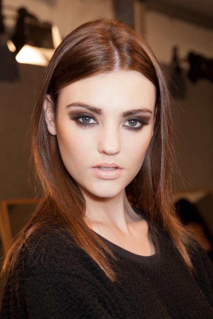 couleur cheveux chocolat, maquillage yeux smoky avec crayon marron foncé et rouge à lèvre rose mat