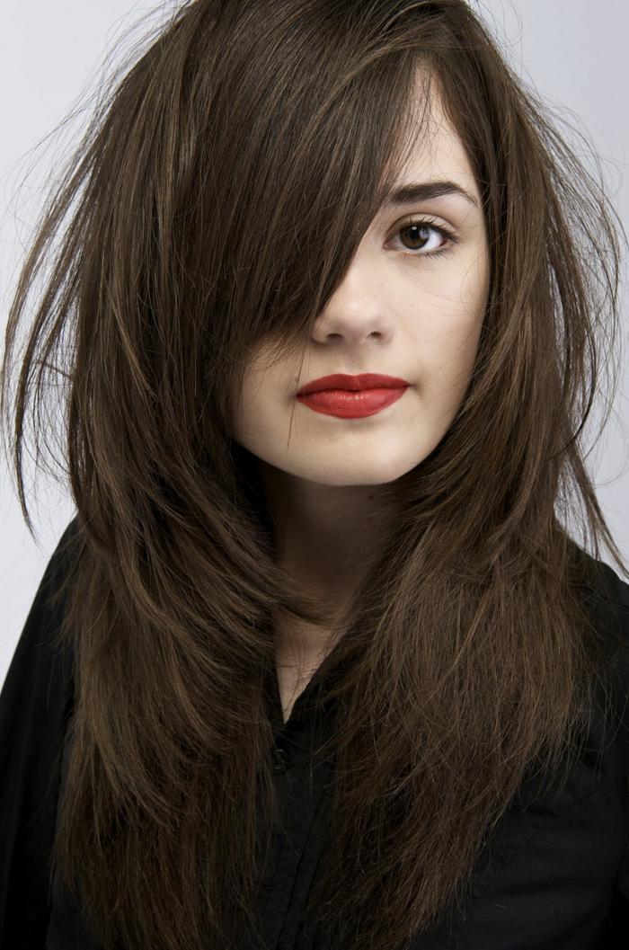 couleur chatain foncé, cheveux longs, rougz à lèvresn yeux marrons, chemise noire