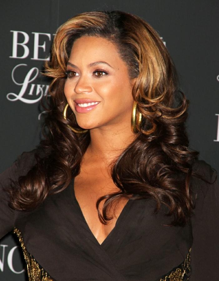 couleur cheveux chatain, cheveux bouclés de Beyoncé, frange couleur miel cuivré