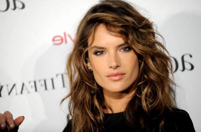 quelle couleur de cheveux choisir, coupe de cheveux mi longs pour femme, coloration cheveux brun avec mèches dorées