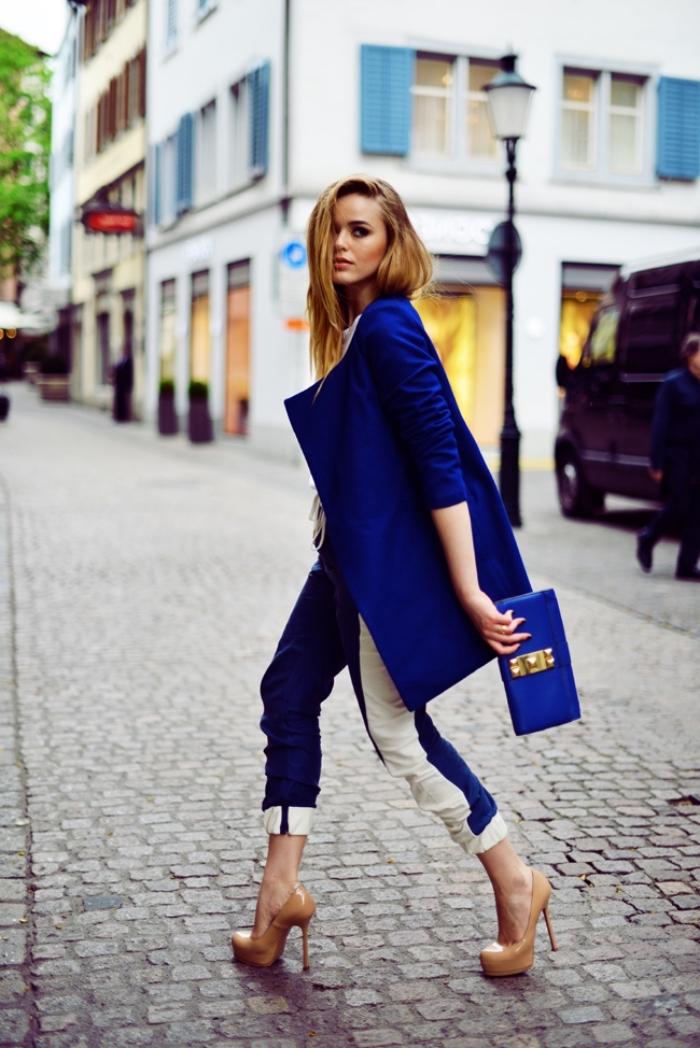 tendances fashion, combiner les couleurs froides avec le blanc, tenue femme en blanc et bleu foncé avec chaussures beige
