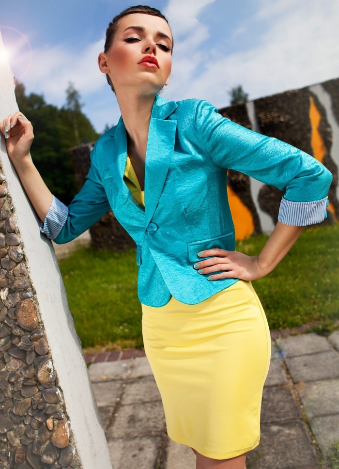 vetement femme, couleurs complémentaires, tenue femme en robe jaune et blazer bleu turquoise, coupe cheveux femme courts