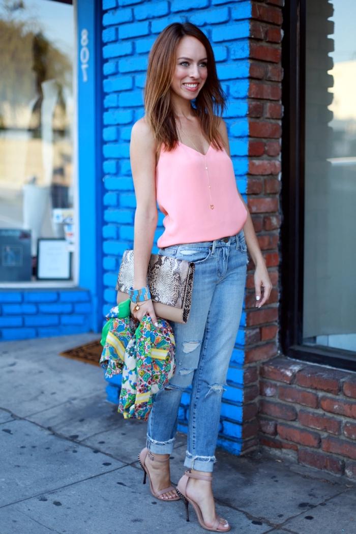 tendance chaussure à talons rose poudré, paire de jeans déchiré avec top en rose et collier or, écharpe longue multicolore vert et jaune