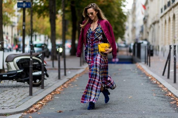 comment bien s habiller, modèle de veste en cuir femme bordeaux avec robe à carreaux bordeaux et bleu