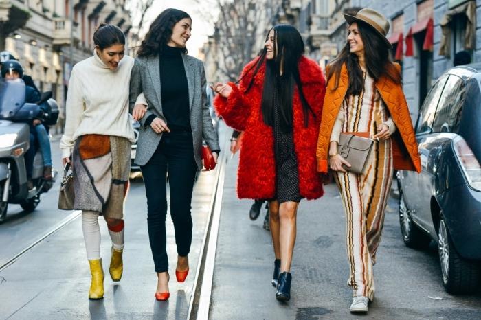 comment bien s habiller, pantalon slim blanc avec bottines jaune moutarde et pull blanc, pull et pantalon noir avec blazer gris et accessoires sac à main et chaussures rouges