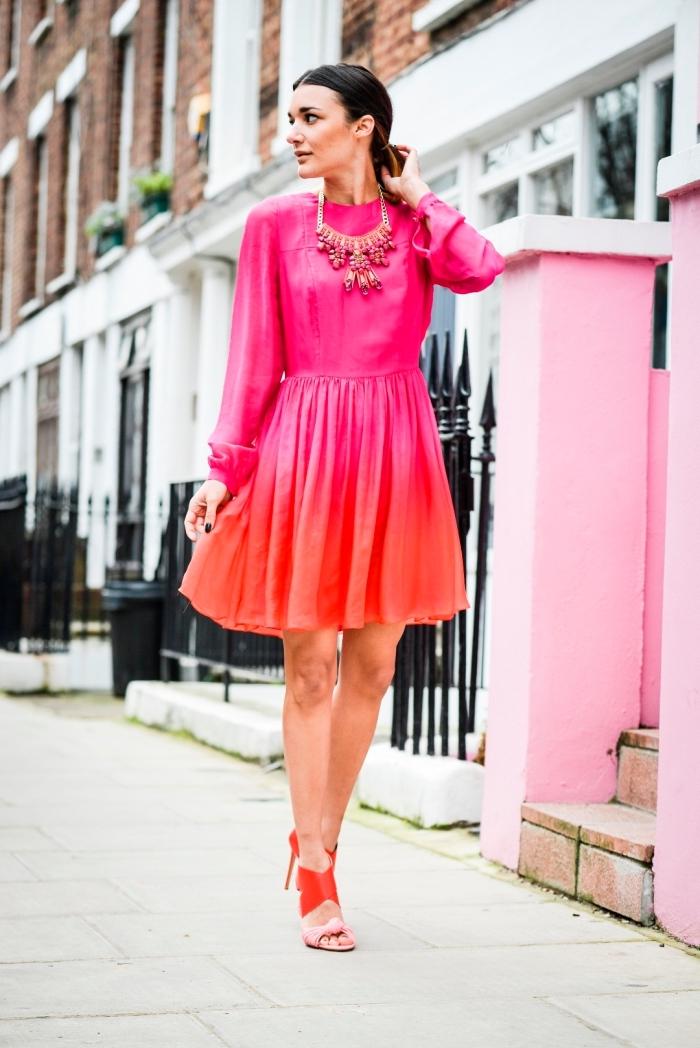 melange de couleur, robe courte aux manches longues en rose et orange effet ombré avec sandales rouge et rose