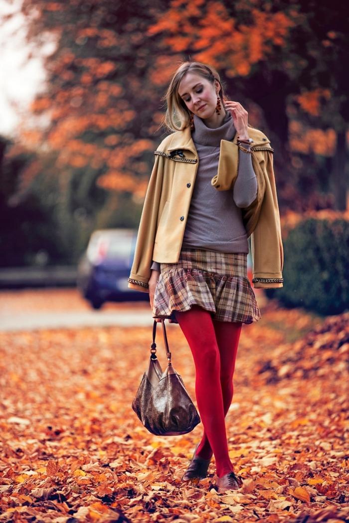 s'habiller en nuances terrestres, jupe carrée avec collants rouge sac à main marron et blazer camel