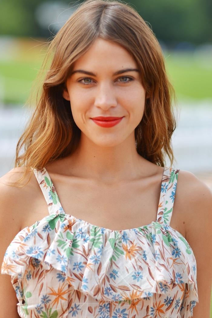 comment choisir sa couleur de cheveux, robe blanche avec bretelles à motifs feuilles et fleurs marron et verts