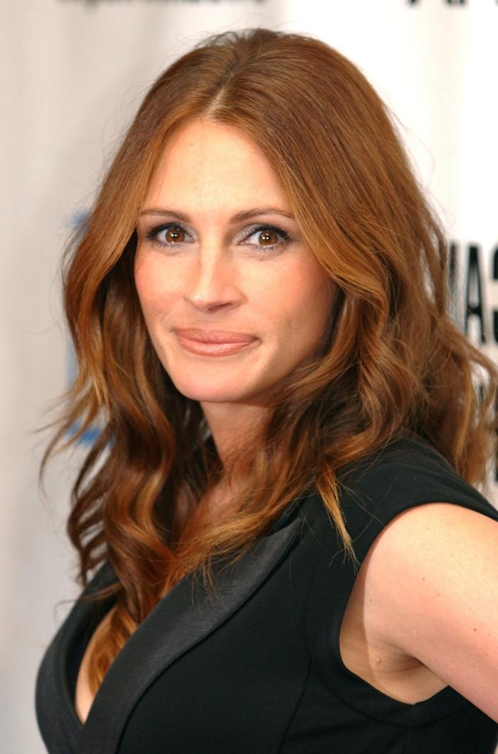 chatain doré, coupe de cheveux femme longs, coiffure célébrité avec boucles en châtain cuivré