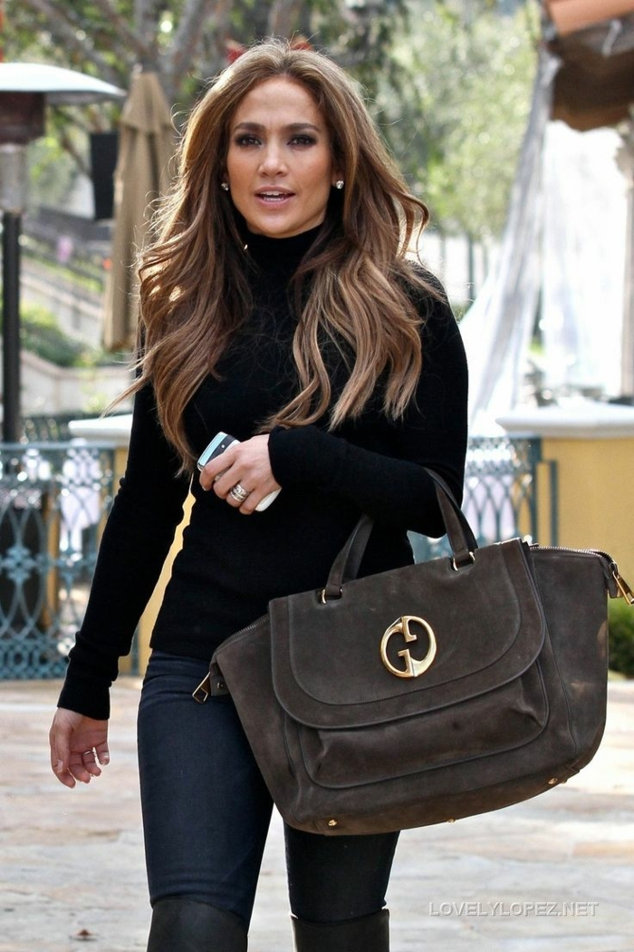 couleur de cheveux chatain clair, Jenifer Lopez avec un gros sac gris, un pull noir