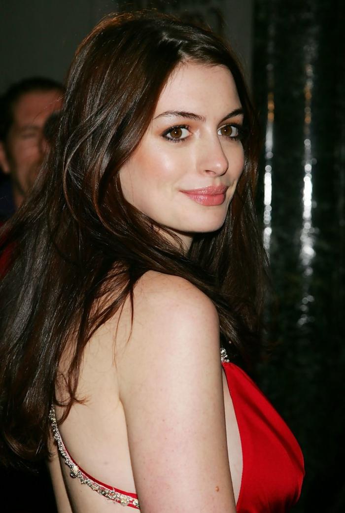 couleur de cheveux pour yeux marrons, look de princesse, robe rouge, cheveux loose