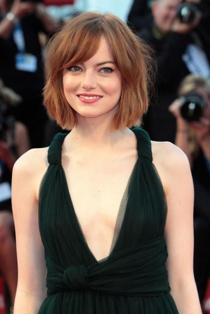 couleur chatain clair, coupe de cheveux femme courts, coiffure cheveux courts avec frange sur le côté