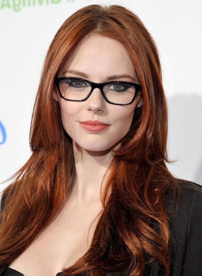 coloration rousse, coiffure femme aux cheveux longs et légèrement bouclés sur les extrémités