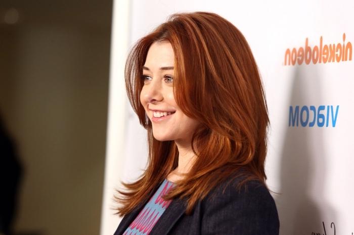 couleur chatain clair, coiffure cheveux longueur épaule en nuance cuivrée, cheveux raids en châtain avec reflets rouges