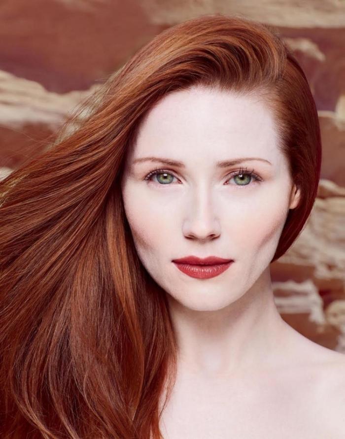 quelle couleur de cheveux, femme aux cheveux longs et raids, maquillage lèvres rouges et fard à paupière pêche