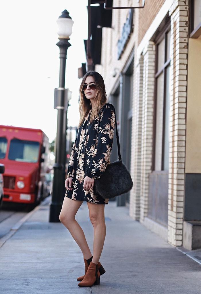 robe kaki et noire à motifs imprimés fleuris combinée avec des bottines en daim couleur camel