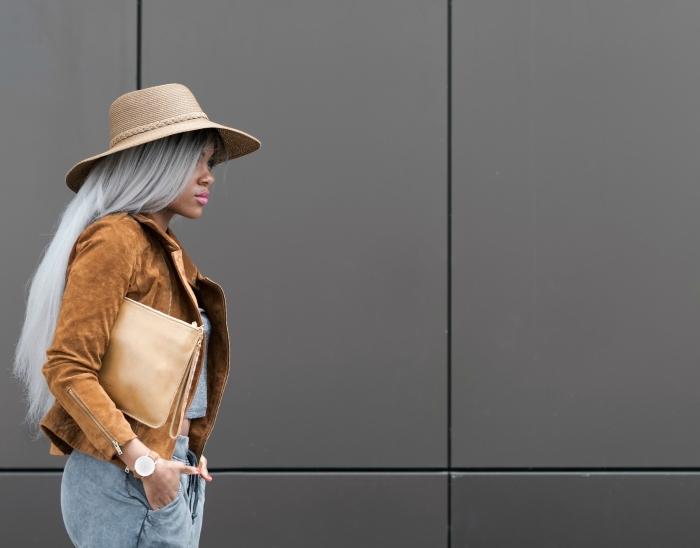 style vestimentaire femme, capeline beige sur cheveux longs gris, tenue en veste velours marron avec pantalon et top gris