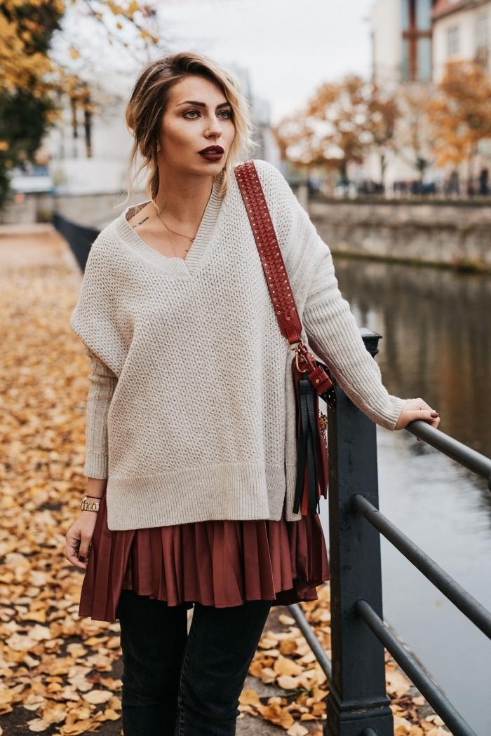 avec quelle couleur associer le bordeaux, balayage cheveux attachés en queue avec frange longue sur le côté, pull beige avec jupe marron