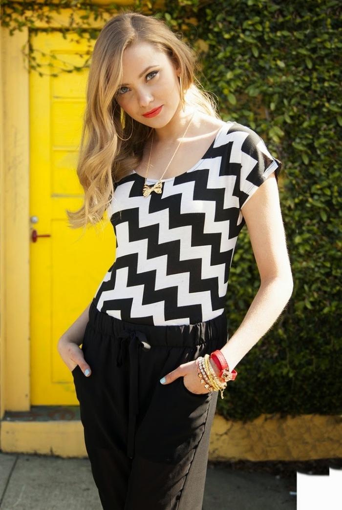 comment s'habiller en nuances neutres, look femme blanc et noir avec accessoires en or et manucure bleu clair
