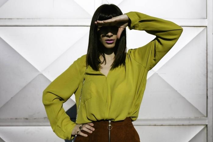 comment porter le vert kaki, associer les couleurs neutres avec chemise verte et jupe en marron foncé
