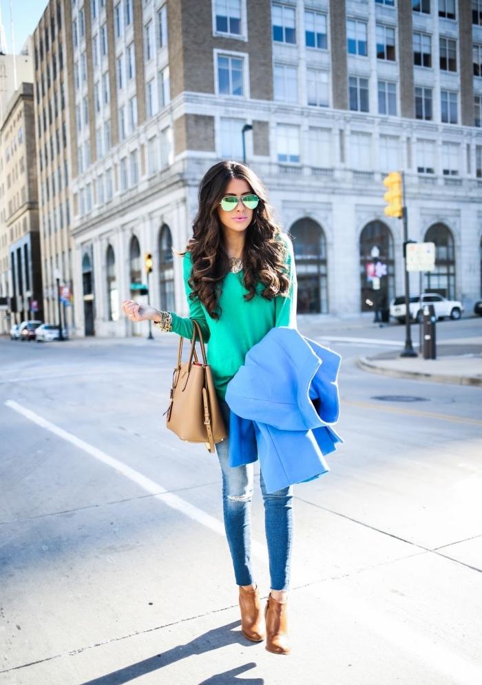 tendance fashion, combiner les jeans en denim clair avec blouse verte turquoise manteau bleu et accessoires marron camel