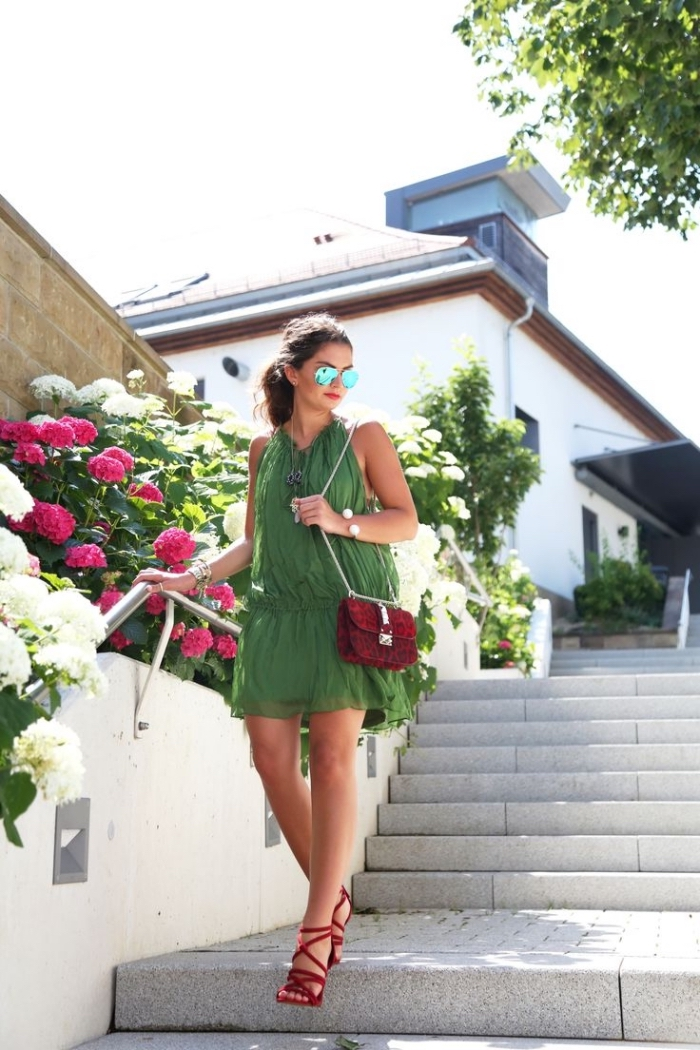 style vestimentaire femme, sac à main et sandales rouge avec combishort vert, assortir les couleurs complémentaire vert et rouge