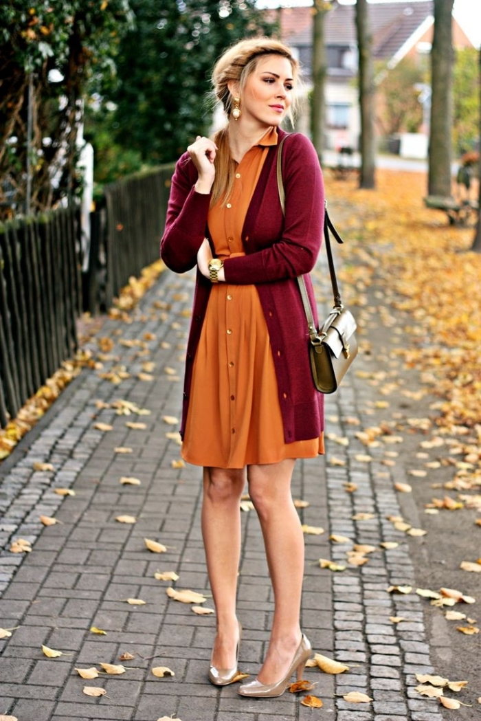 quelle couleur va avec le rouge, tenue femme en robe mi longue orange avec boutons or et gilet long bordeaux