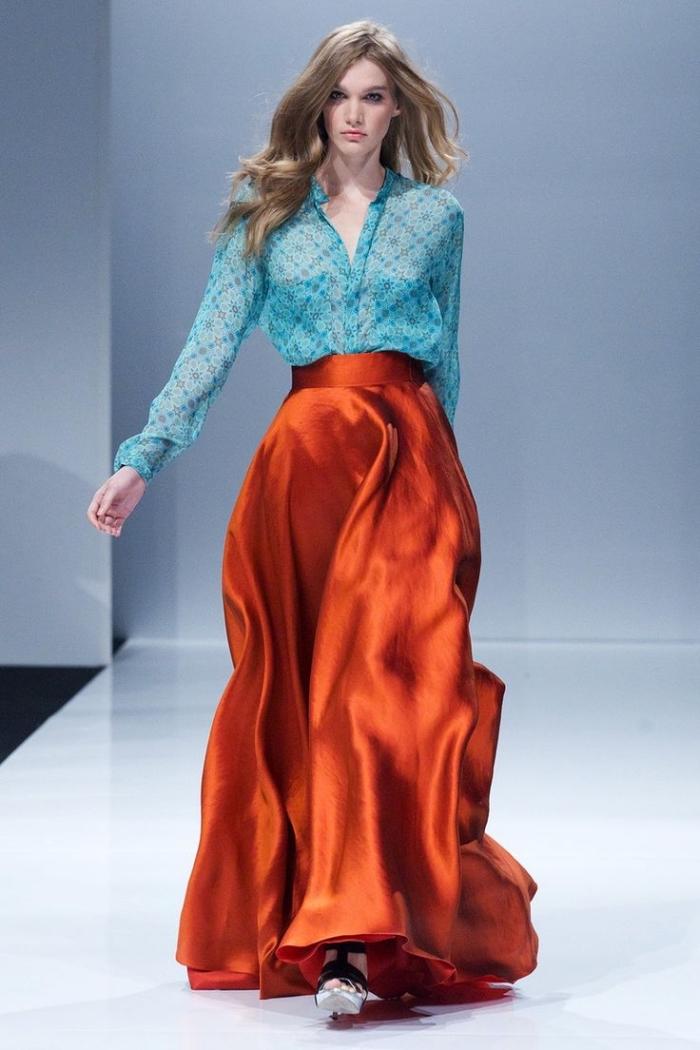couleur complémentaire du rouge, coupe de cheveux longs en châtain foncé, modèle de chemise femme en bleu clair