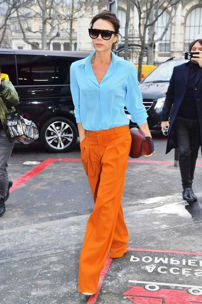 style vestimentaire femme, modèle de pantalon orange avec chemise femme en bleu clair, combinaison vêtements de couleurs complémentaires