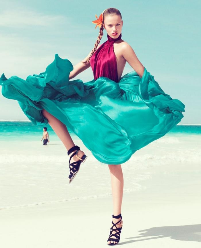 couleur complémentaire du rouge, jupe longue en vert turquoise avec top en bordeaux et sandales noires