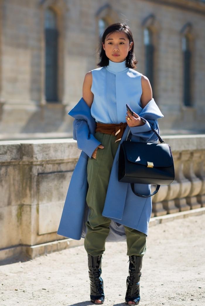 comment porter les couleurs froides pour femme, pantalon kaki avec top bleu et manteau bleu foncé, bottes et sac à main en noir
