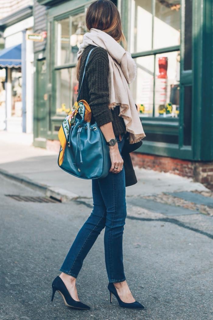 gilet noir femme, écharpe longue beige avec franges marron, sac à main bleu foncé avec écharpe jaune et verte
