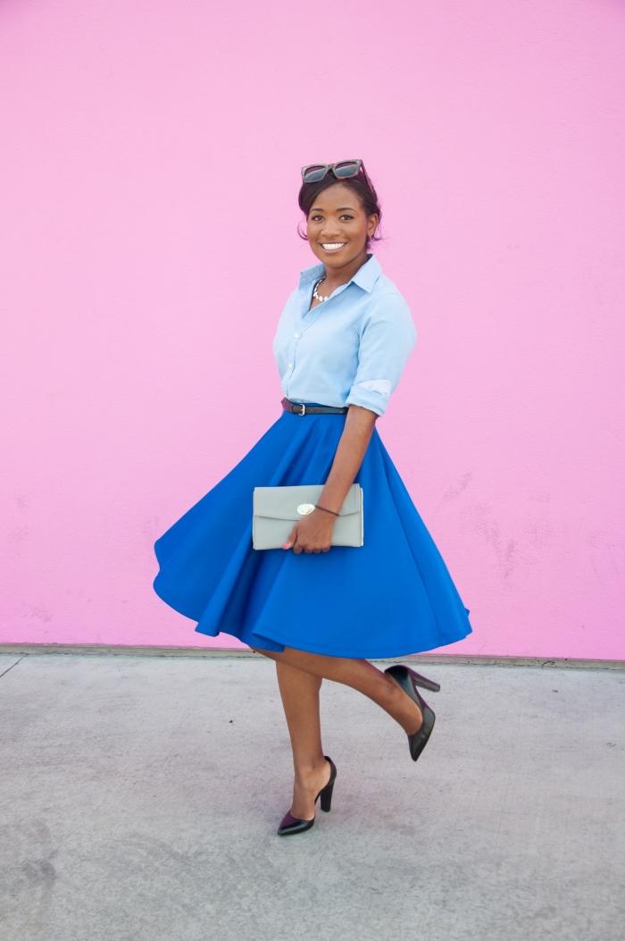 monochromatique, tenue en jupe bleu foncé et chemise bleu clair avec sac à main gris et chaussures noires