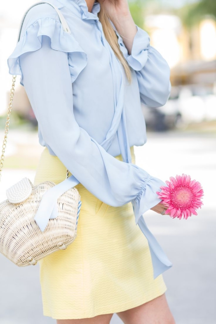 les couleurs qui vont ensemble pour s habiller, sac à main imitation coquillage avec poignée dorée, chemise bleu clair avec jupe jaune clair