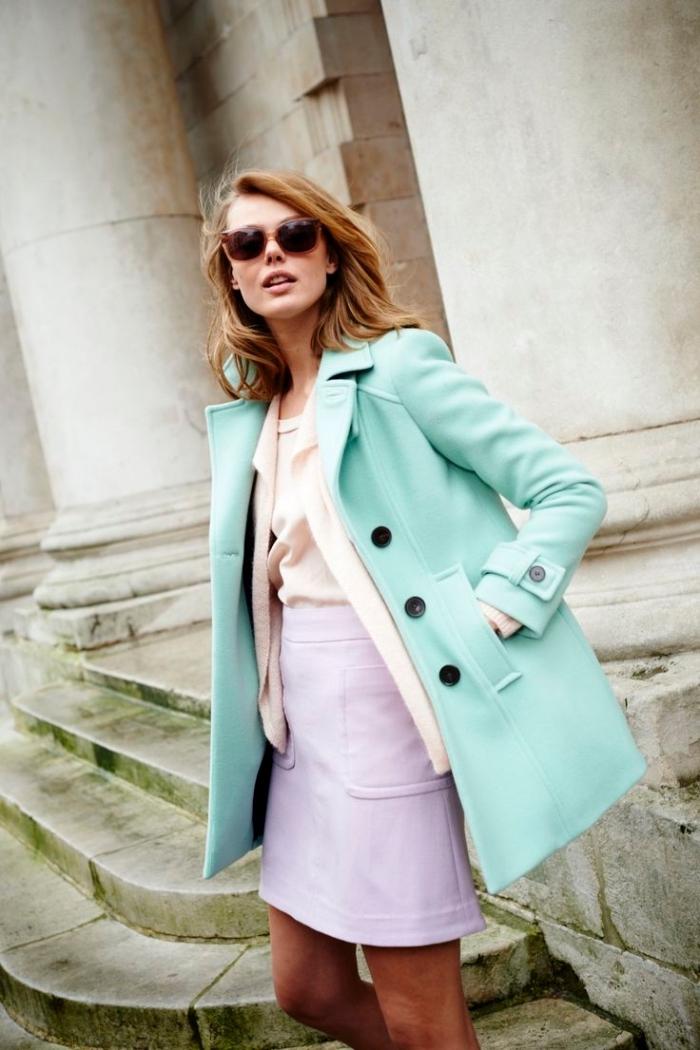 combiner les nuances pastel dans sa tenue femme, blazer mi long vert clair avec jupe rose pastel et blouse beige