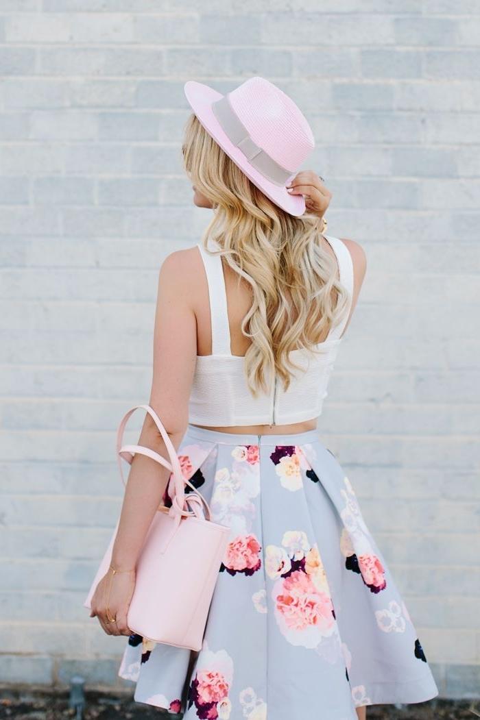 vetement femme fashion, jupe bleu pastel avec fleurs et top blanc, capeline rose avec sac à main rose pastel