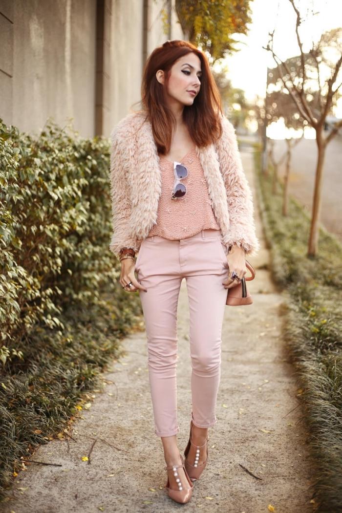 coupe de cheveux femme mi longs, coloration cheveux châtain cuivré, blouse et pantalon rose pastel avec accessoires marron