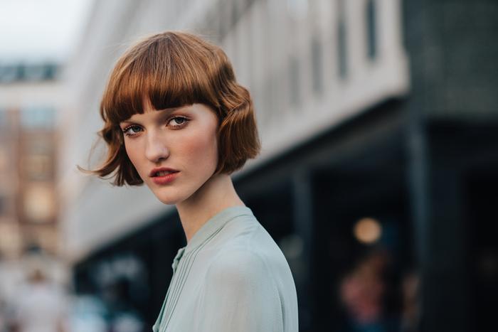 cheveux cuivrés sublimé par un carré court cranté avec frange courte