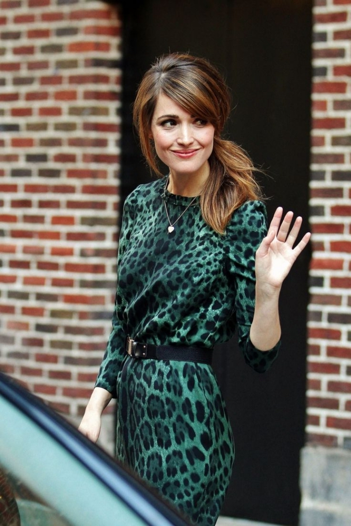 coiffure avec frange, couleur de cheveux marron avec mèches châtain cuivré, robe aux manches longues en noir et vert