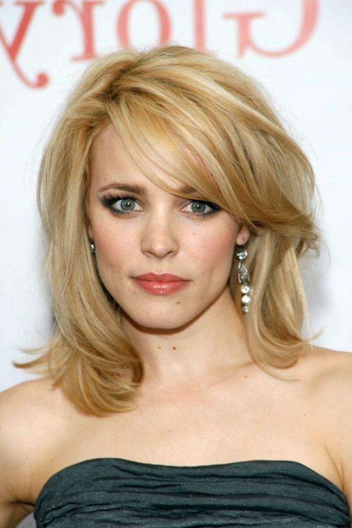 coupe de cheveux avec frange, coiffure célébrité de Rachel McAdams, couleur de cheveux blond avec reflets miel